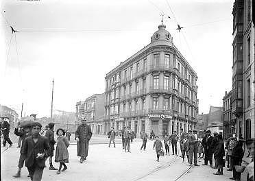 Plaza del Carmen y calle de Álvarez Garaya, en Gijón, 1930