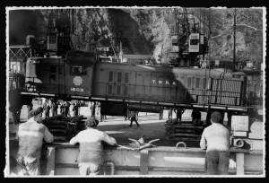 Llegada de cuatro locomotoras al Musel año 1963.
