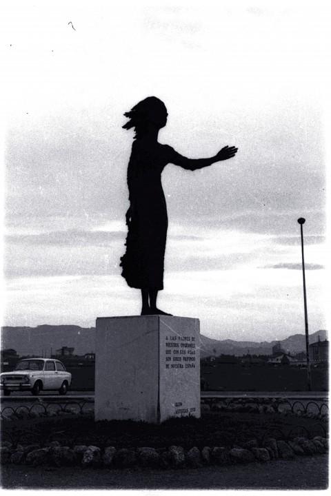 8849.Estatua Madre del Emigrante de Ramón Muriedas en el Rinconín 1975