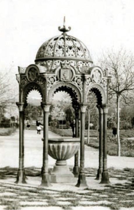 Fuente de piedra con templete modernista