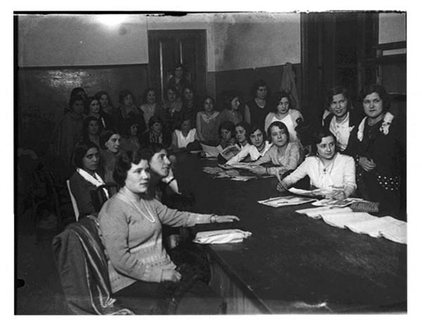 1447. Mujeres asistentes a las clases nocturnas del Ateneo Obrero de Gijón. 1928