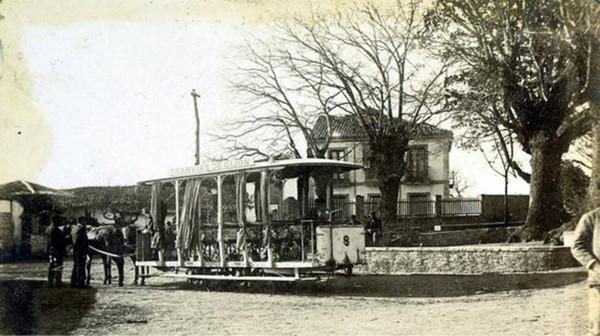 Foto de Mario Argüelles Rubiera. Tranvía de mulas en Villamanín, Gijón, hacia 1895