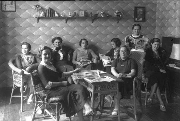 Grupo de mujeres reunidas en el Ateneo Obrero de Gijón, 1935.  Constantino Suárez