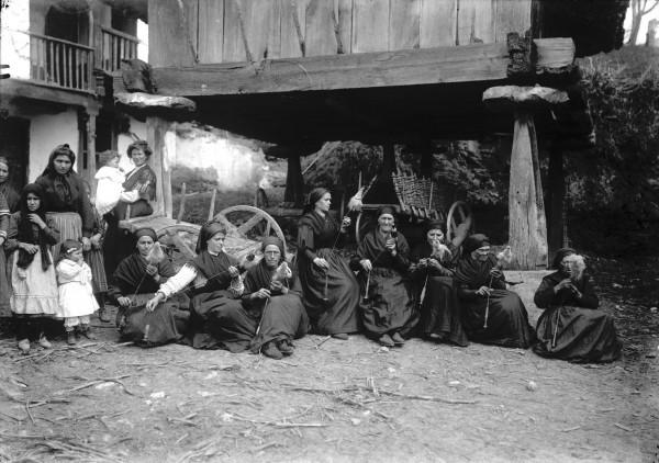 Mujeres filando con fuso y rueca Borines (Piloña), hacia 1915. Modesto Montoto