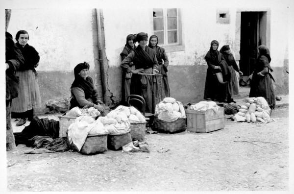 Mujeres vendiendo manteca  en el mercado de Tineo, 1925. Ruth M. Anderson