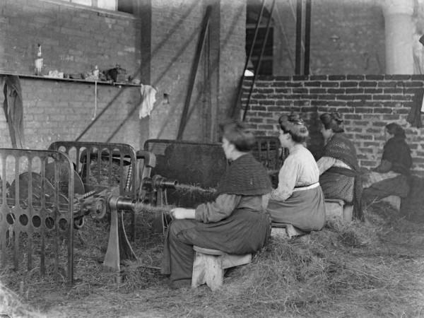 trabajadoras en una fábrica por Lorenzo Cabeza en 1915